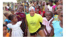 Armenault y los chicos, felices. Seba dejó su huella en Madagascar, uno de los países más pobres del mundo.