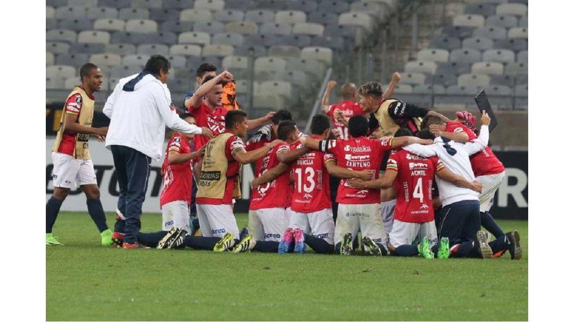 Jorge Wilstermann festejando contra Atlético Mineiro