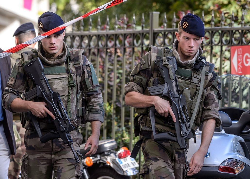 Un vehículo atropelló a una patrulla antiterrorista cerca de París: hay seis heridos