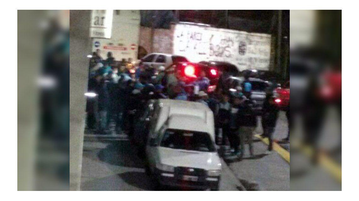Barras de Racing se enfrentaron a tiros en un club por una interna