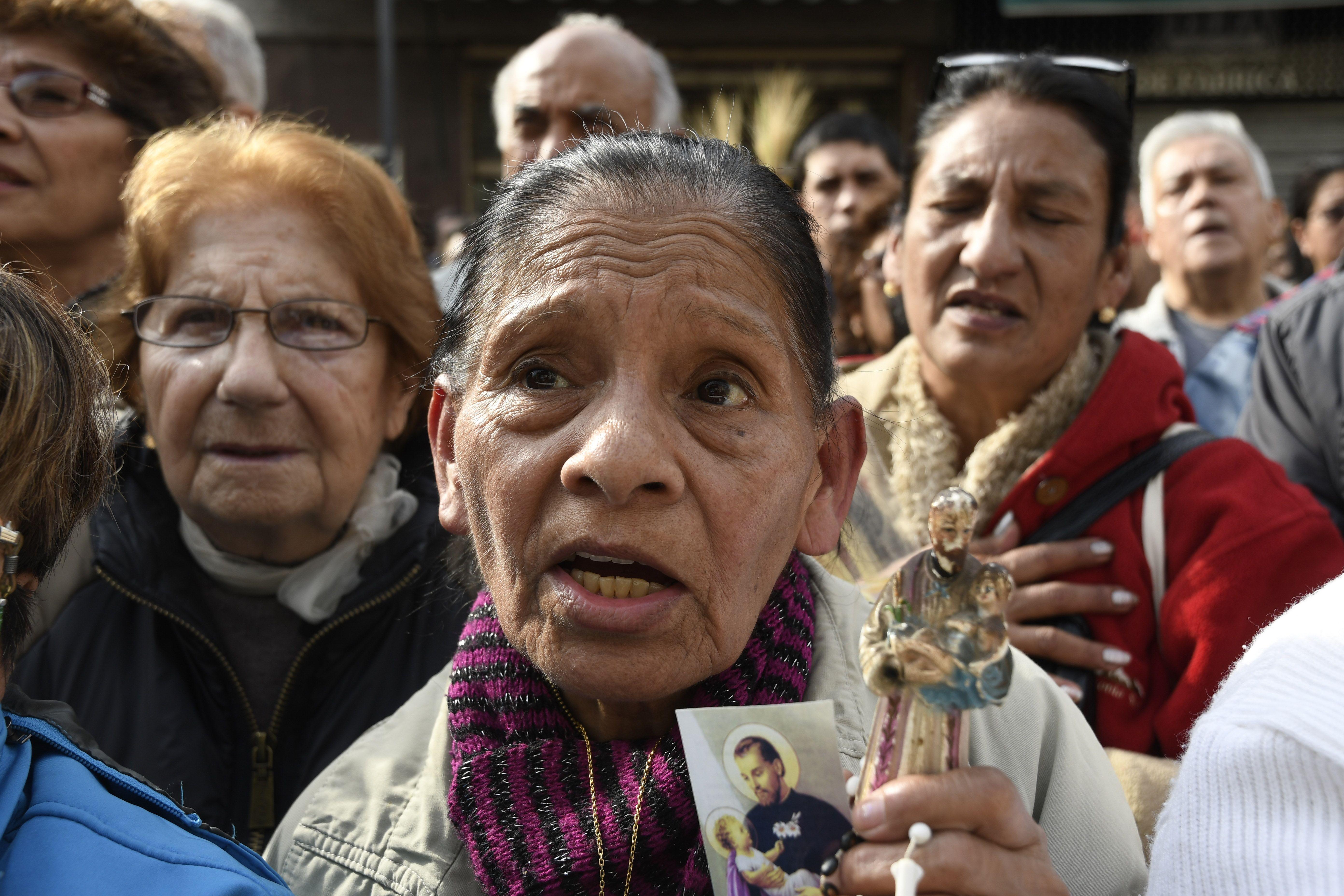 En medio de la alta desocupación, miles fueron a pedir trabajo a San Cayetano