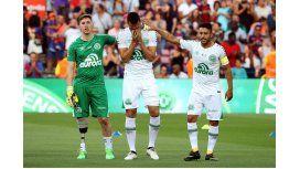 Neto, emocionado, es consolado por Follmann y Alan Ruschel en pleno Camp Nou
