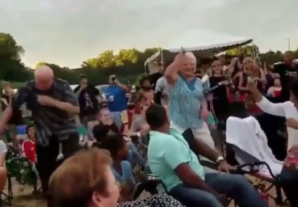 Dos abuelos que la rompieron bailando en un recital de rap se viralizaron