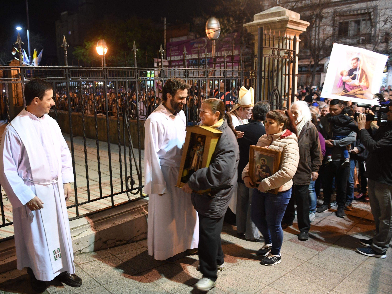 La multitud ingresa a la iglesia de San Cayetano
