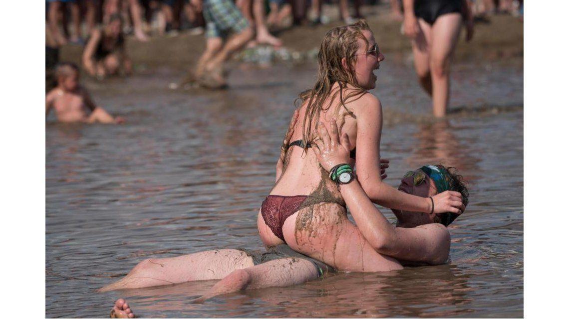 Jugaron semidesnudos en el barro de Woodstock Polonia - Crédito:ALAMY LIVE NEWS