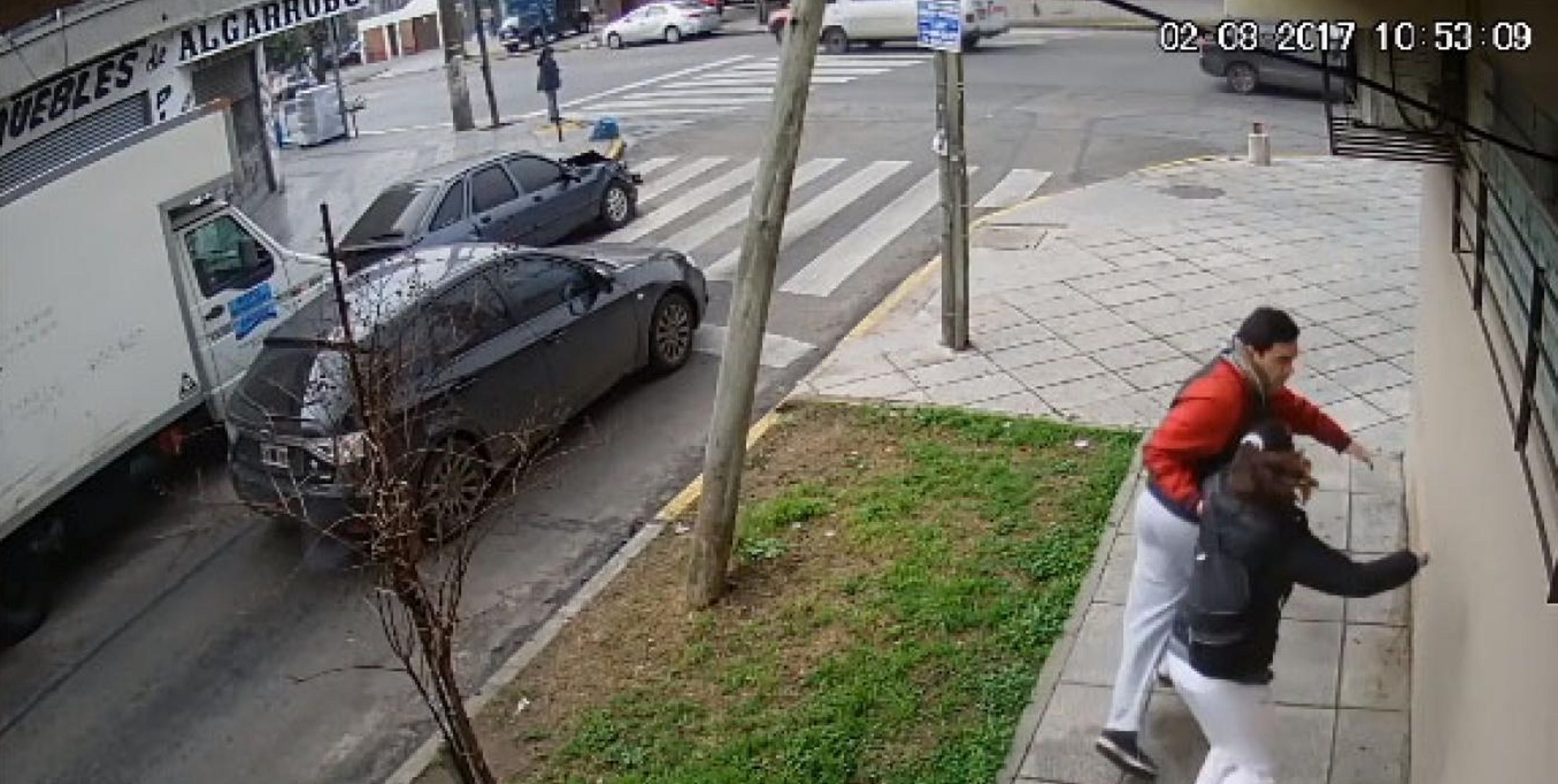 VIDEO: Una pareja casi es atropellada durante una impactante persecución