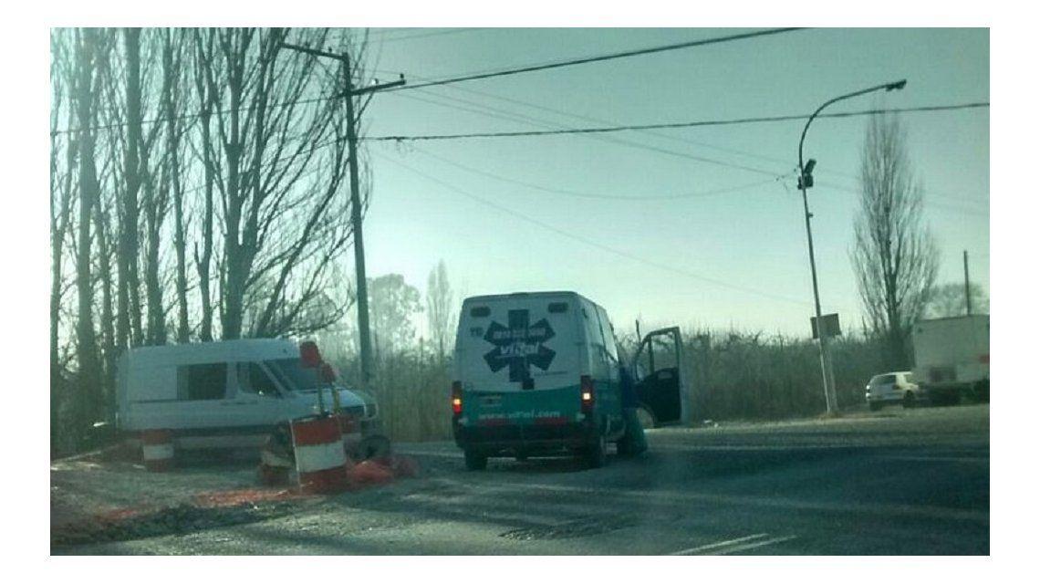 Una mujer se tiró semidesnuda de una camioneta en movimiento - Crédito: lmneuquen.com