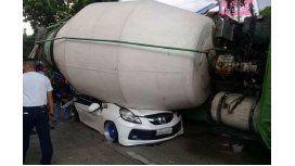 Una mezcladora de cemento aplastó a un vehículo y mató a un pasajero
