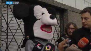 Disfrazado de Mickey, Ezequiel habló en la puerta de casa de Claudia Ferro el pasado viernes