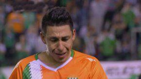 Brian Sarmiento llorando al salir de la cancha