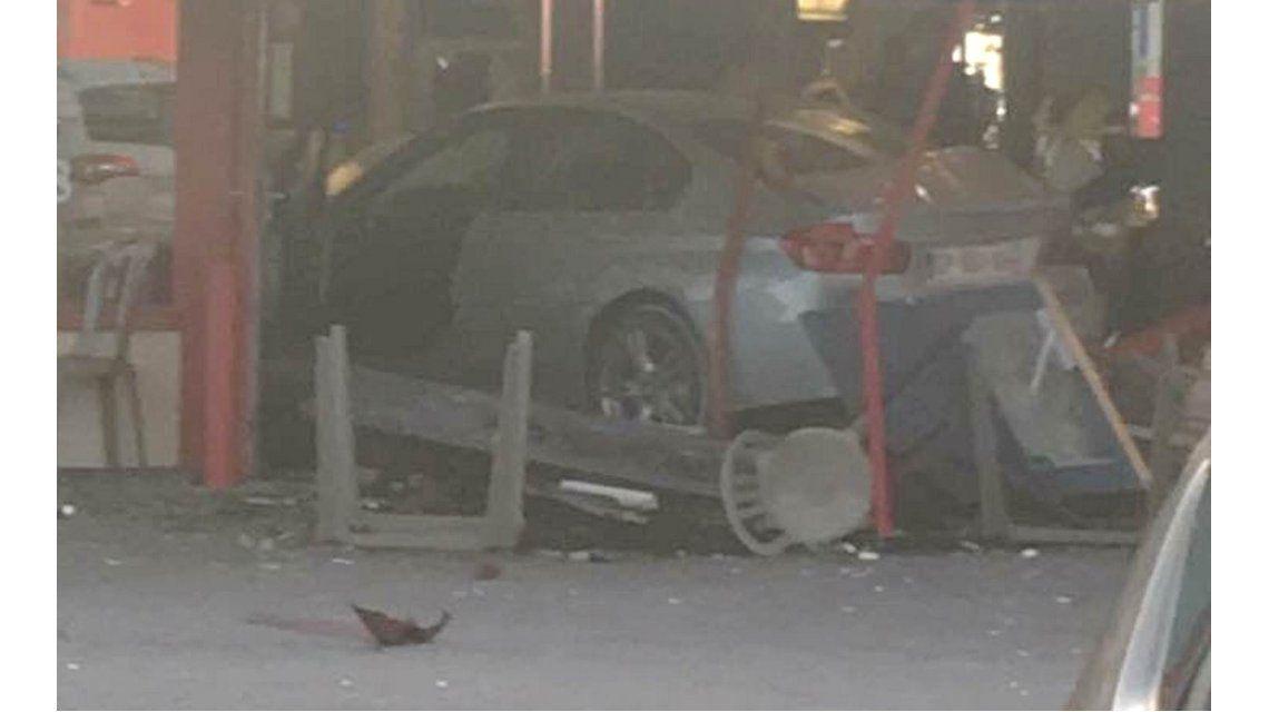 Un auto embistió una pizzería en París