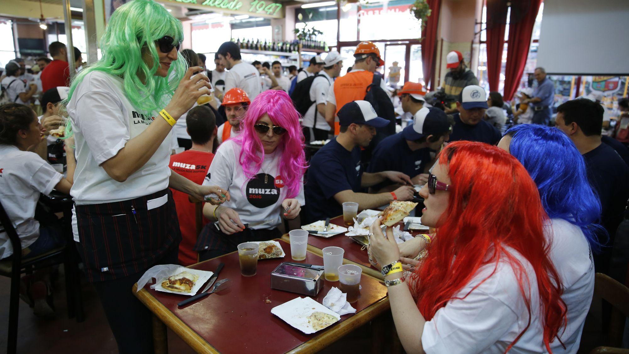 Corredores disfrutan de la maratón de las pizzerías