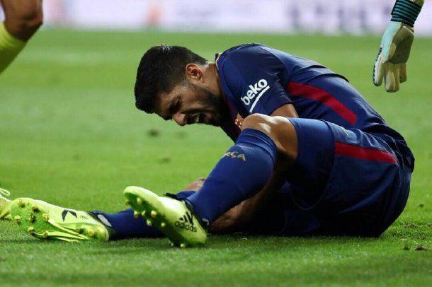 Luis Suárez quejándose de dolor<br>