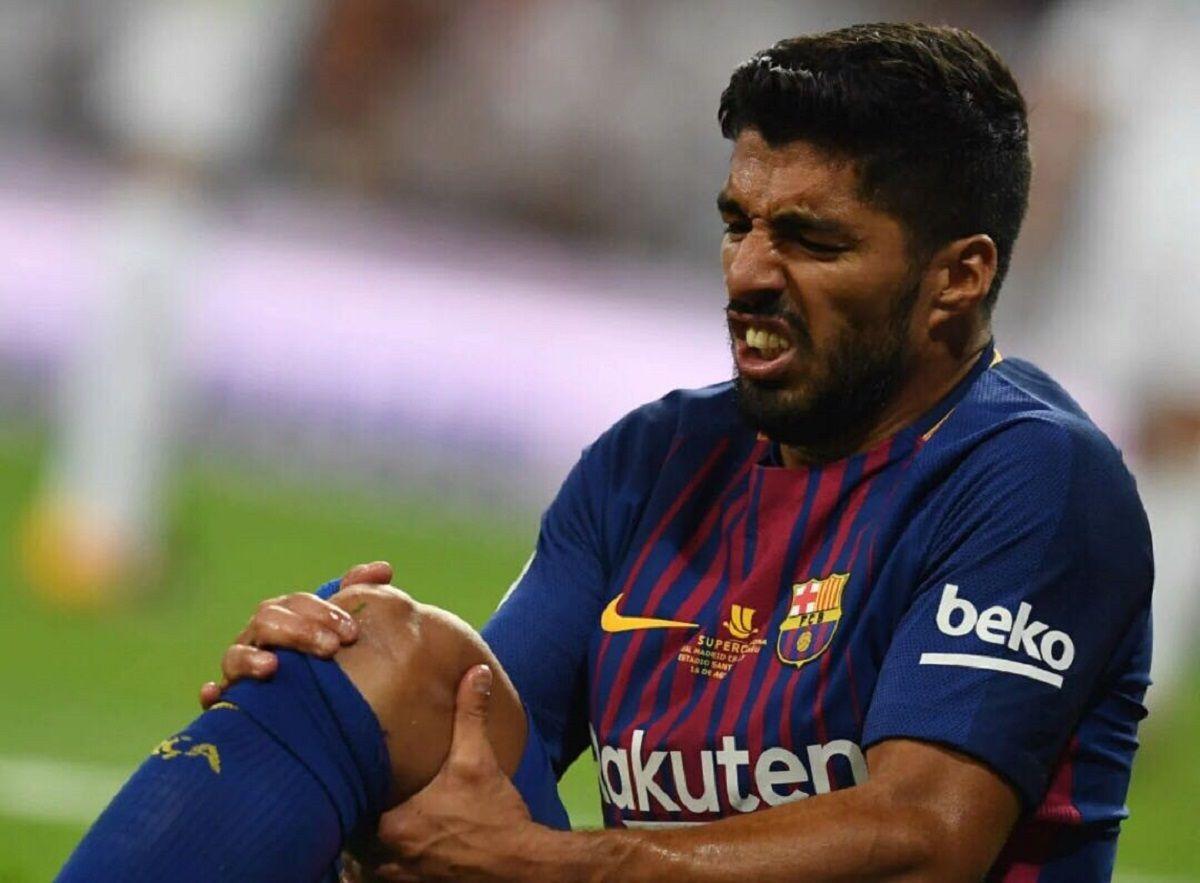 Suárez se toma la rodilla tras el choque con Keylor Navas
