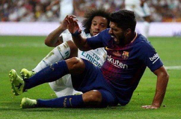 Luis Suárez con Marcelo tras chocar con Keylor Navas<br>