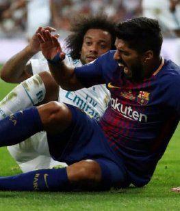 Luis Suárez con Marcelo tras chocar con Keylor Navas