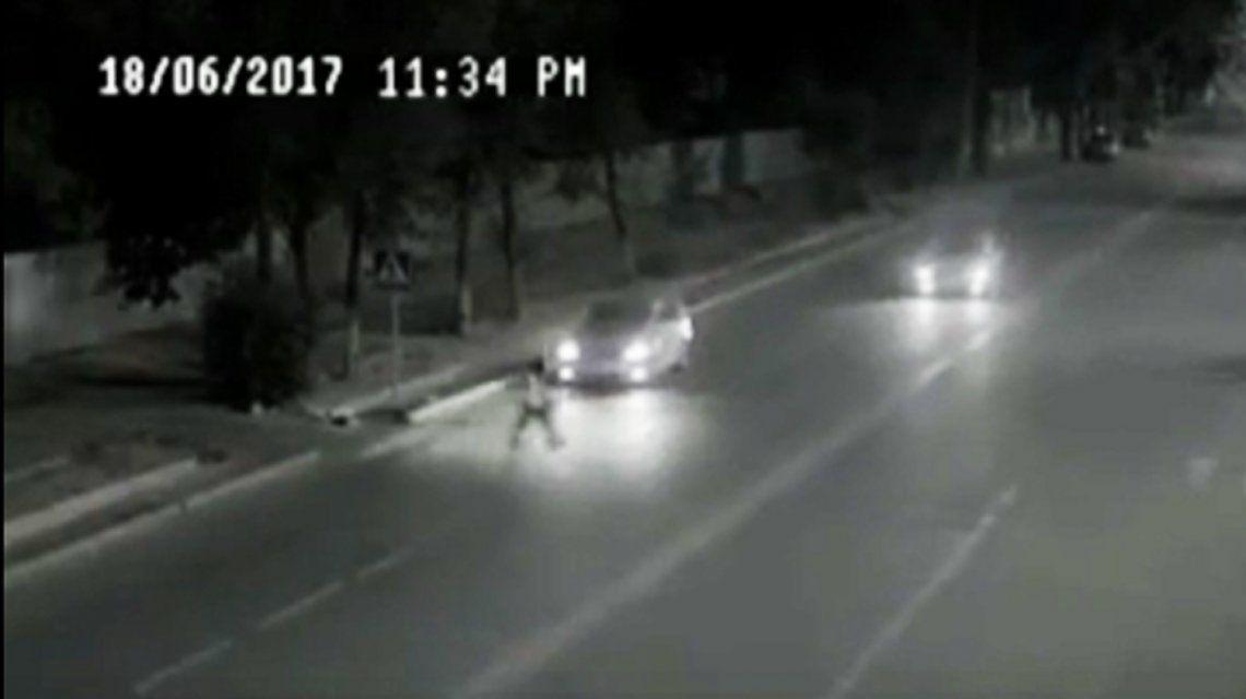 El fantasma del padre salva de que un auto pise a la hija