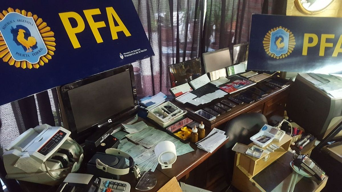 La policía detuvo los dibujantes: falisificaban dólares y cheques