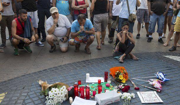 Una multitud recordó a las víctimas del atentado de Barcelona
