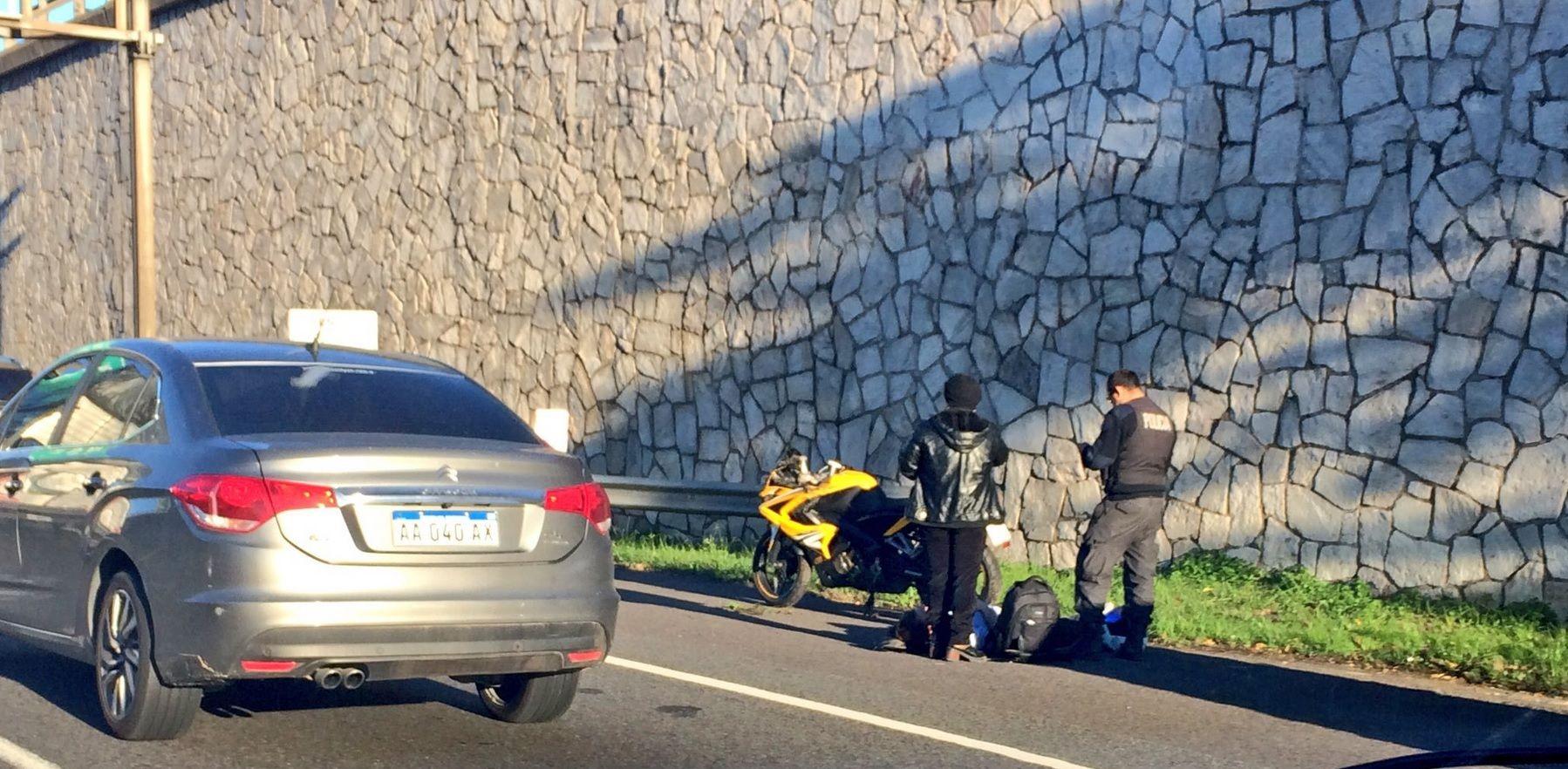 Un motociclista se accidentó en la autopista