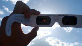 Estos son los anteojos recomendados por la NASA para ver el eclipse total de sol del próximo lunes