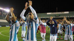 Racing celebra un sufrido triunfo ante Atlético Mitre de Santiago del Estero