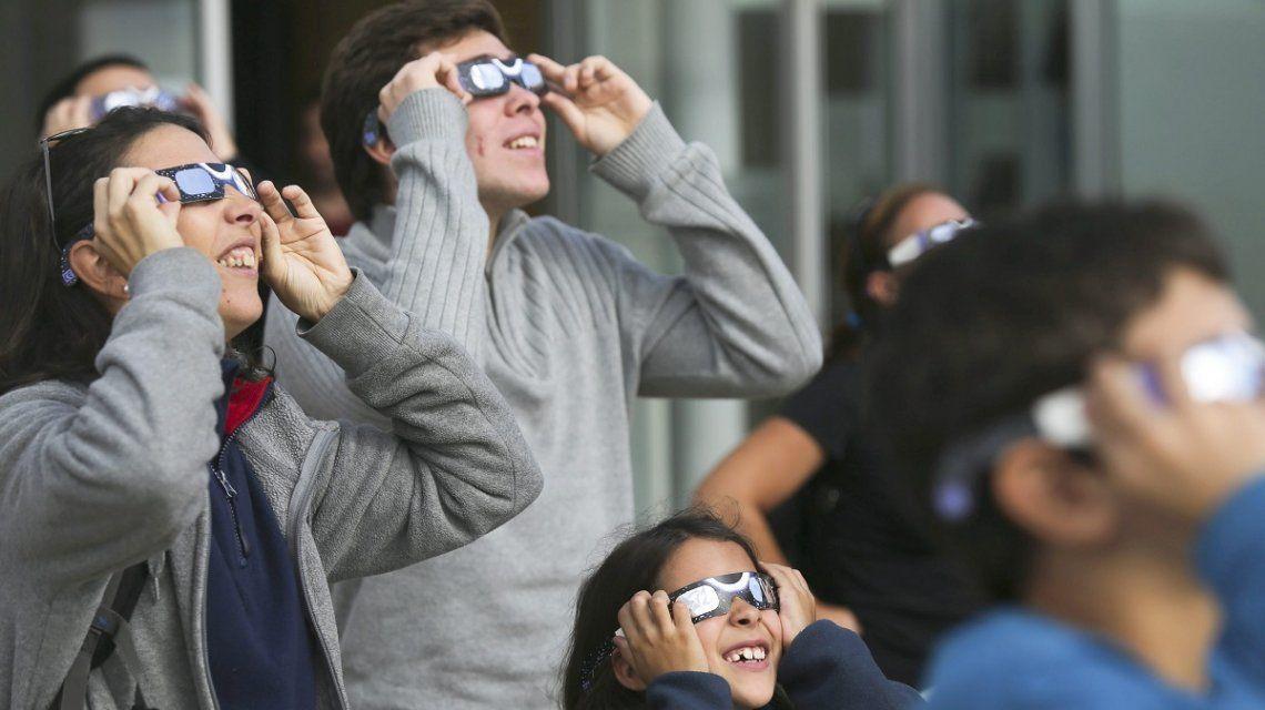 Furor por el eclipse: se agotaron los anteojos para poder verlo