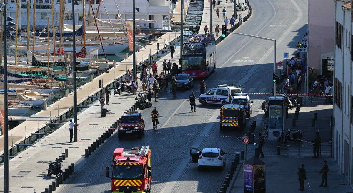 Un auto embistió dos paradas de colectivos en Marbella: hay un muerto