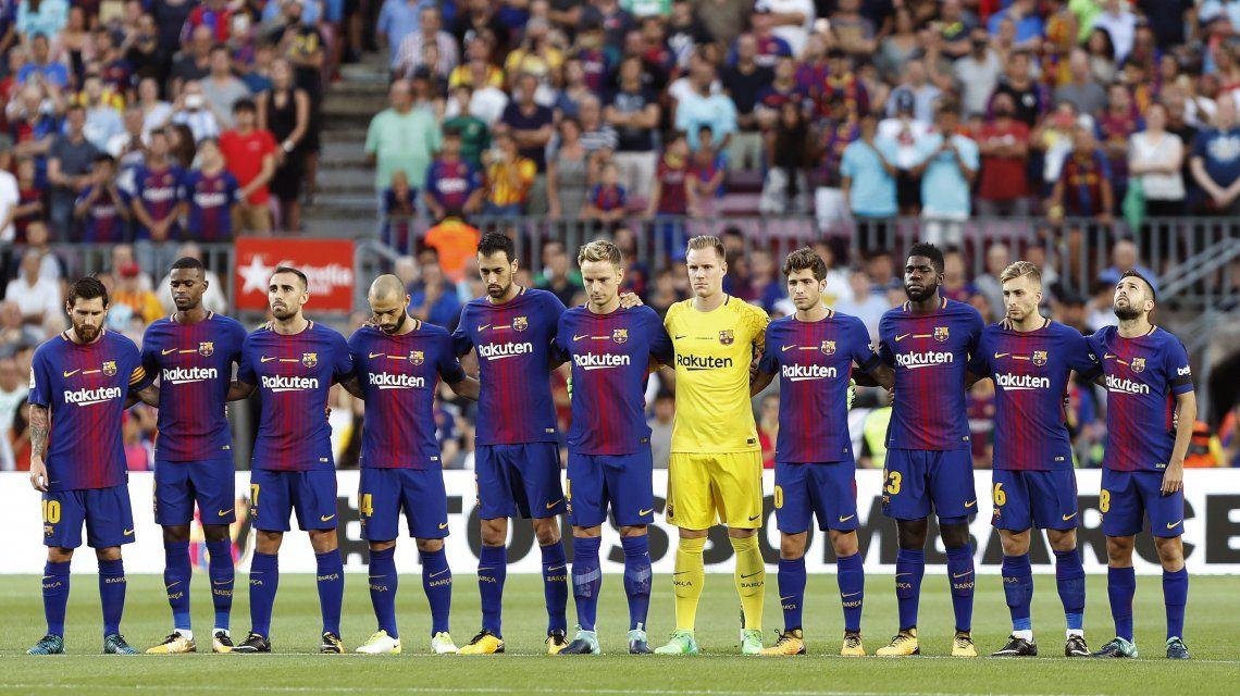 Los jugadores del Barcelona durante el respetuoso minuto de silencio por las víctimas