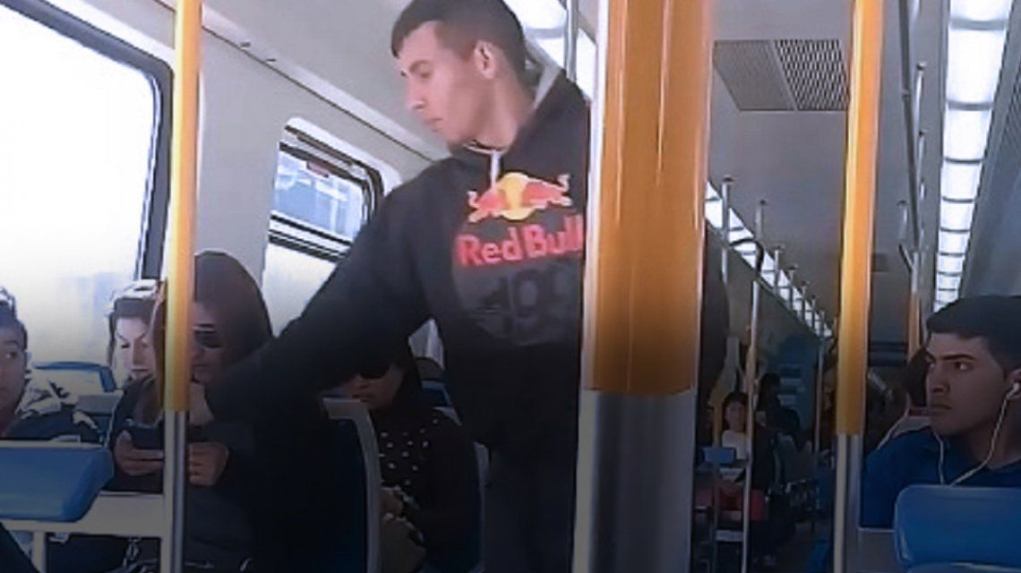 Así se robaron un celular en el tren Roca