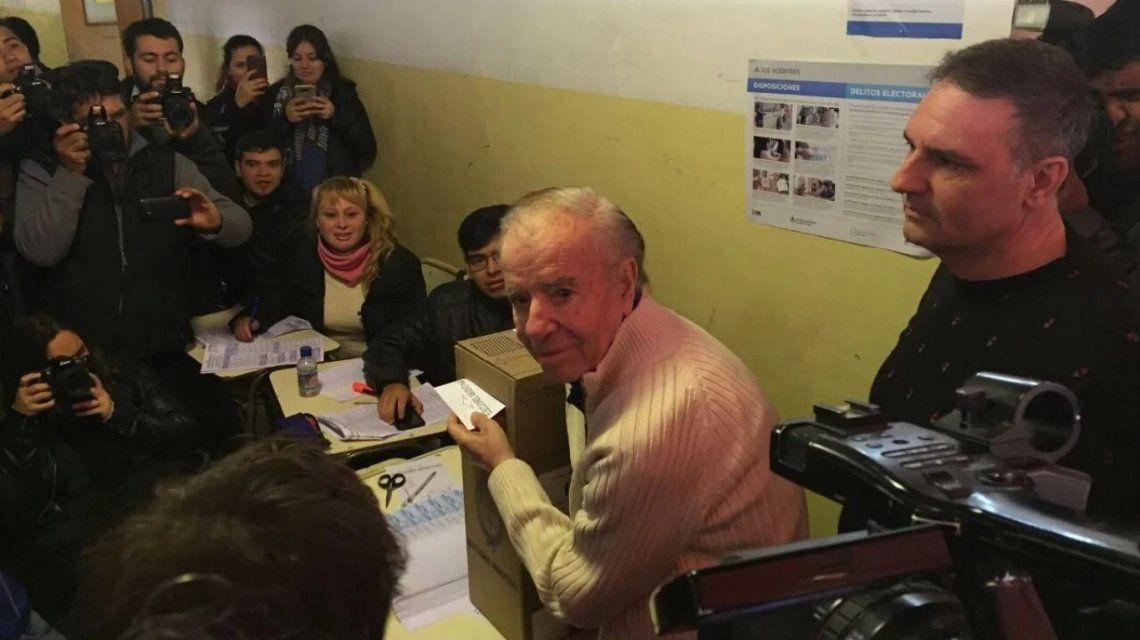 Carlos Menem votando en las últimas PASO