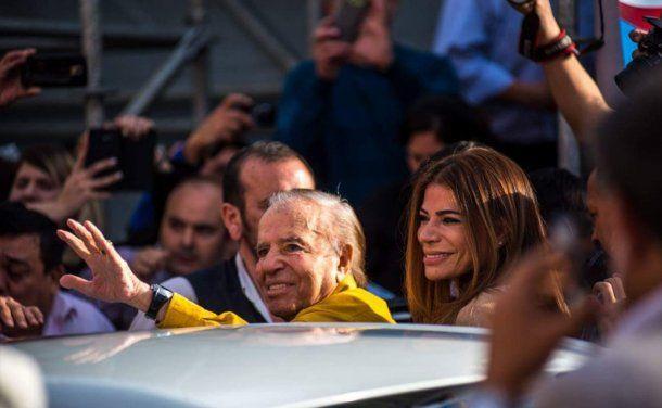Carlos Menem junto a su hija Zulemita saludando a sus seguidores<br>