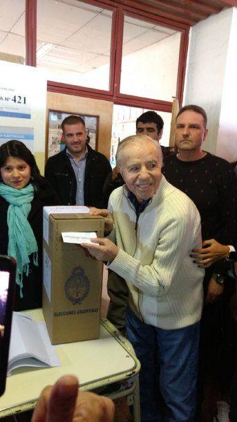 Carlos Menem votando en las PASO<br>