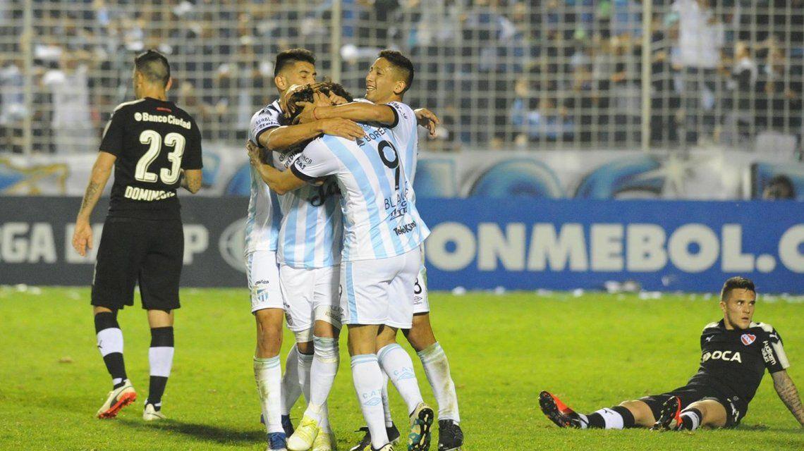 Atlético Tucumán celebra el gol de la victoria ante Independiente