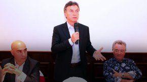 De izquierda a derecha: Ezequiel Sabor (viceministro de Trabajo desplazado), Macri y Luis Barrionuevo