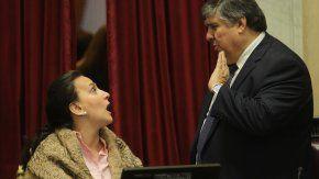 otro papelon de michetti: le corto la palabra a dos senadores