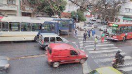 Un auto quiso cortar camino por el carril del Metrobus y chocó con un colectivo