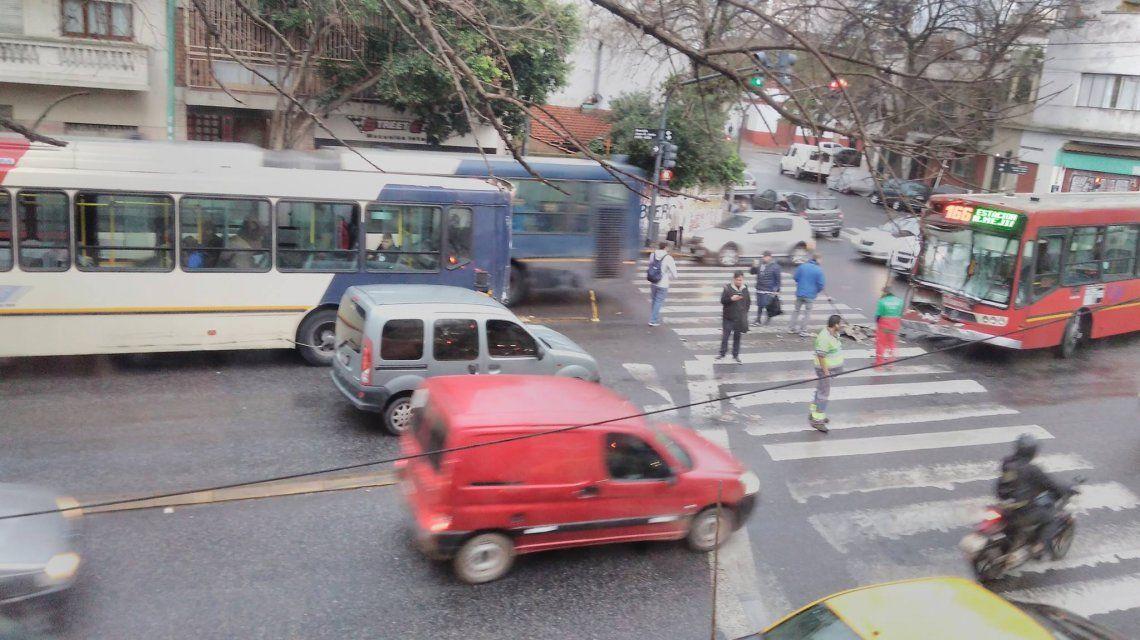 Choque entre un auto y un colectivo en el Metrobus de Juan B. Justo