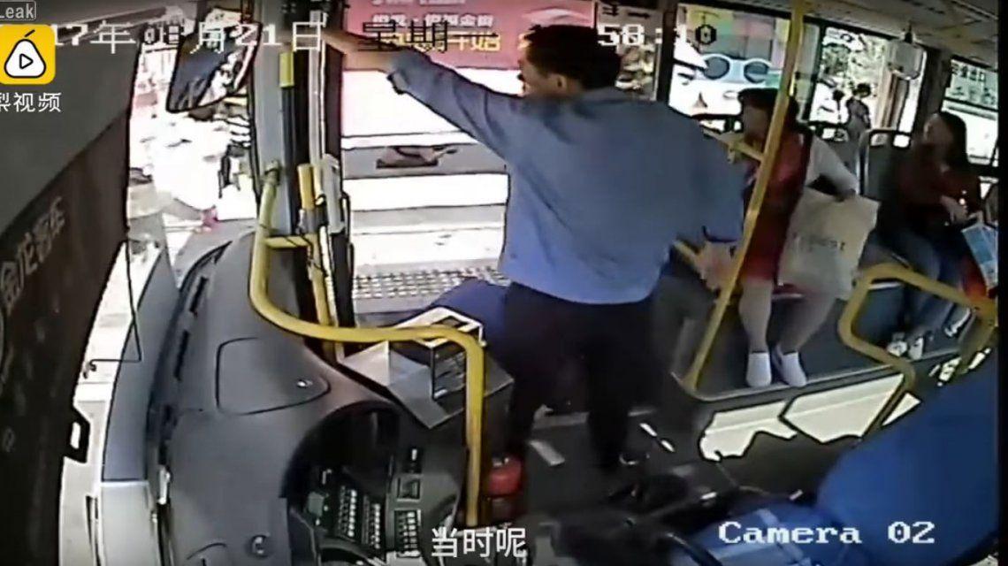 El colectivero se dio cuenta y frustró el robo de un celular