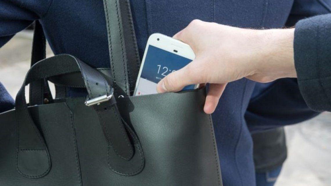 Le robaron el celular a su hermana y convenció al delincuente que lo devolviera