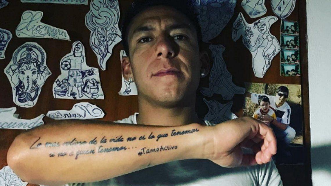 El mediocampista de Newells lució orgulloso su nuevo tatuaje