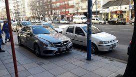 Estacioná donde quieras: dejó su Mercedes sobre la vereda en pleno microcentro