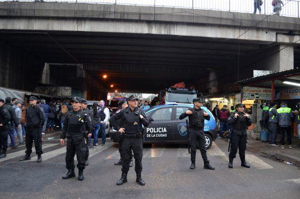 <p>Clausuraron una feria clandestina en Liniers</p>