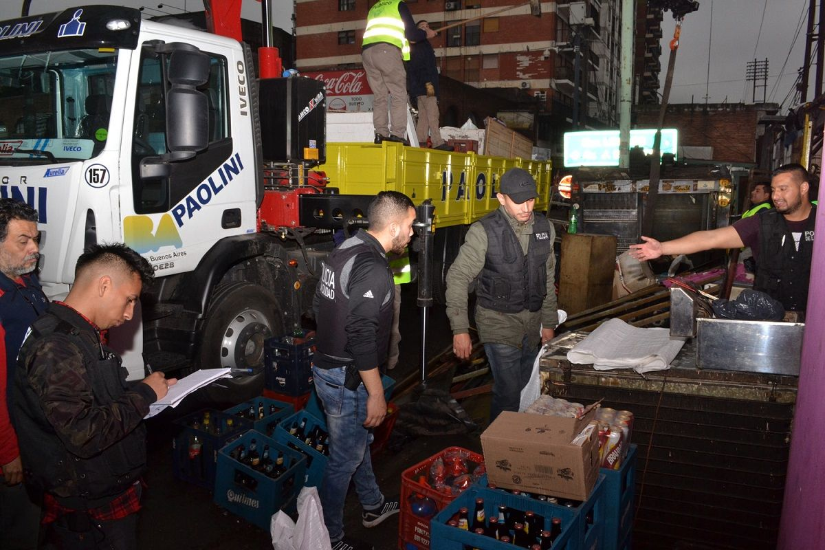 Clausuraron una feria clandestina en Liniers