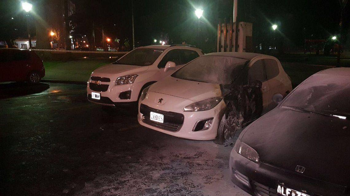 Los autos quemados tras la explosión frente al Ministerio de Seguridad bonaerense (@mauroszeta)