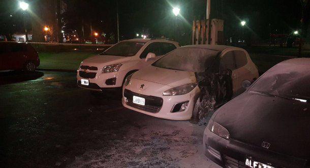 Los autos quemados tras la explosión frente al Ministerio de Seguridad bonaerense (@mauroszeta)<br>