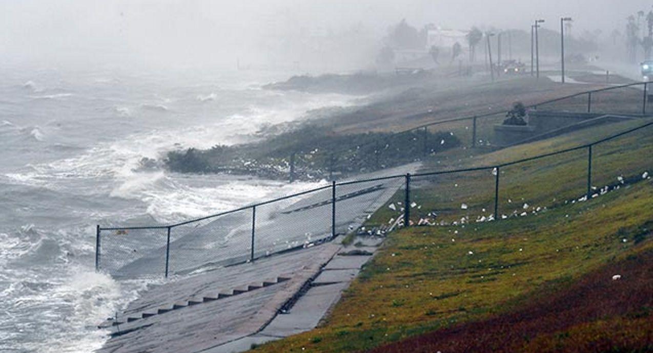La costa de Estados Unidos ya siente los efectos del huracán Harvey