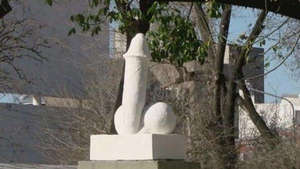 La  estatua de yeso de un símbolo fálico apareció en la plaza del barrio Bella Vista