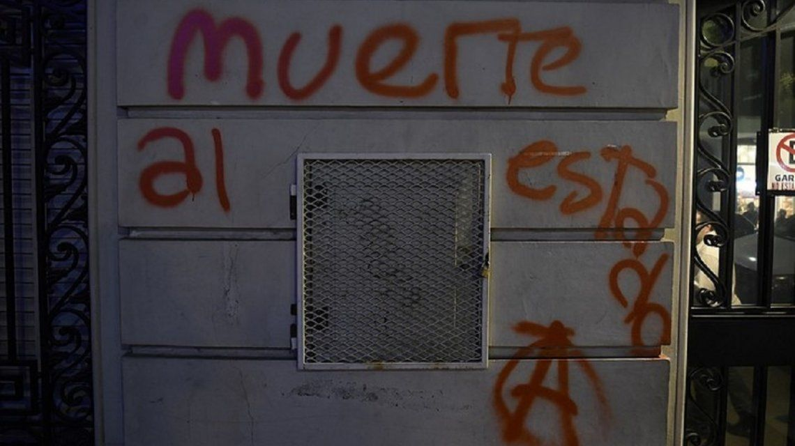 Las pintadas anarquistas en las inmediaciones del Senado bonaerense
