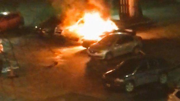 Dos autos fueron quemados frente a la sede del Ministerio de Seguridad bonaerense en La Plata